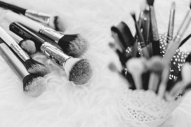 makeup-2568384_640 (1)
