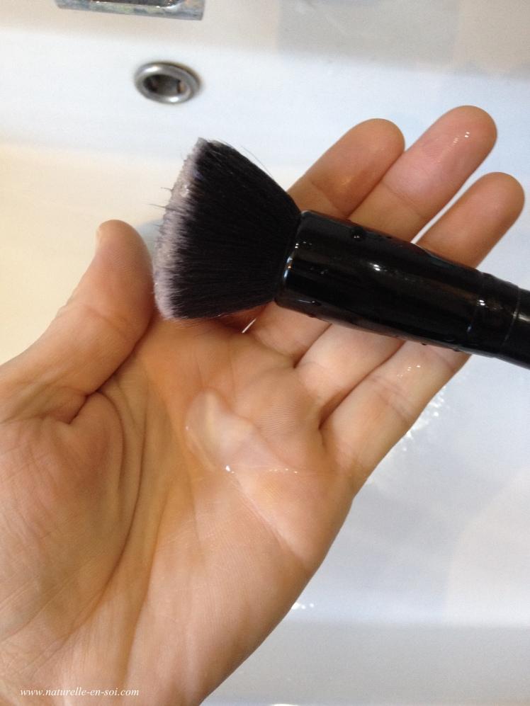 préparation nettoyage pinceau à maquillage